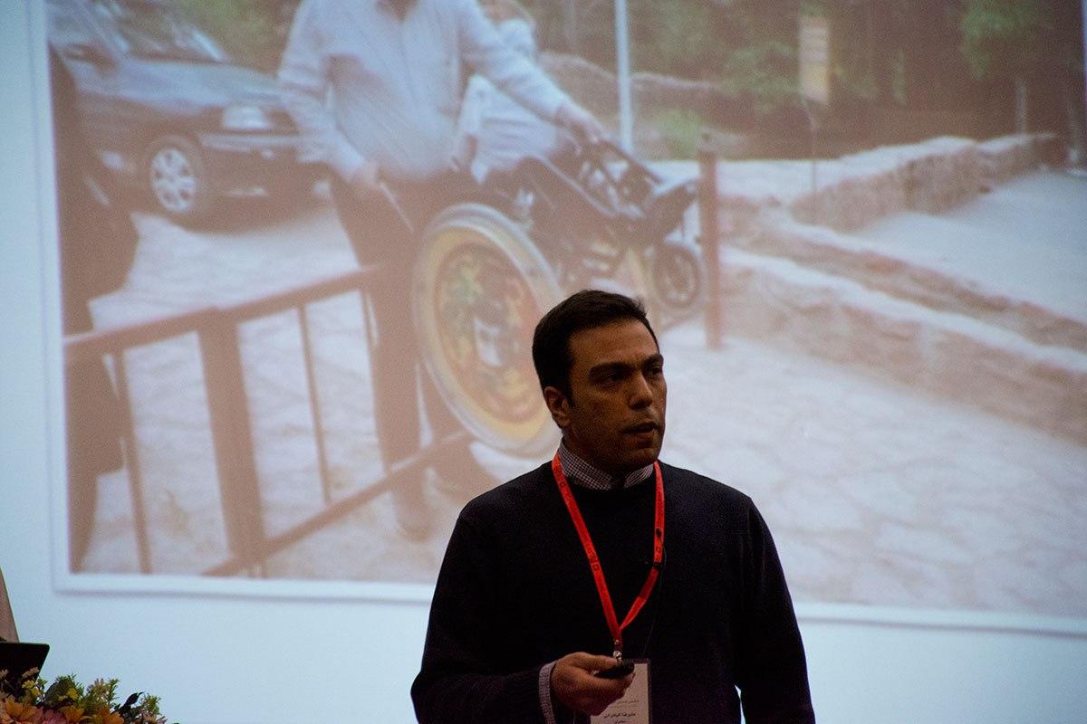 عکس از علیرضا الیادرانی در حال صحبت در مورد دسترسیپذیری